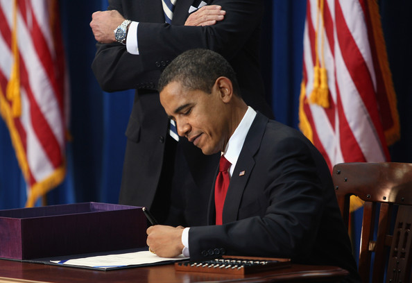 Obama+Travels+Denver+Signs+Stimulus+Bill+jpC84A-8Dmdl