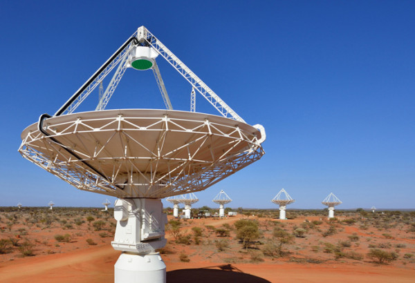 csiro_scienceimage_2161_close_up_of_a_radio_astronomy_telescope_with_several_more_in_the_background
