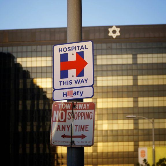 """Street Artist Hilariously Welcomes """"Sick"""" Hillary Clinton to LA as She Arrives for Fundraisers"""