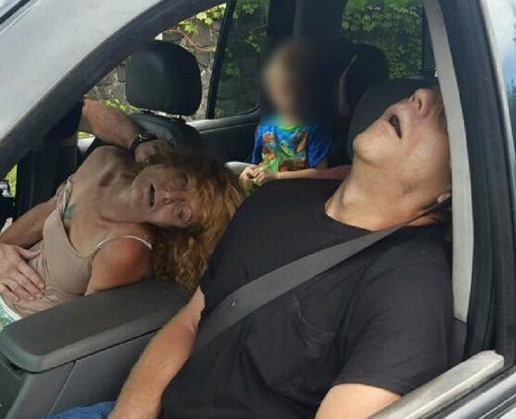 Ohio Cops Publish Disturbing Photos of Overdosed Parents with Small Child in Car