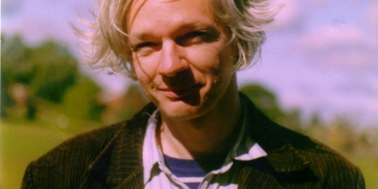 Assange Says Obama Wants to 'Delegitimize' Trump